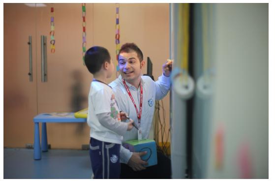 童游宝贝体验师和易贝乐老师一起过圣诞,diy制作姜饼屋!